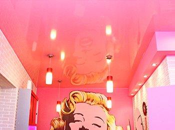 Красный натяжной потолок в ванной комнате