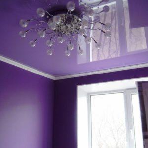 Натяжной потолок ПВХ в гостиной - цветной глянец