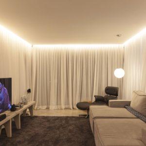 Потолок ПВХ парящий – белый матовый со светодиодной лентой, нишами под потолочные карнизы и точечными светильниками