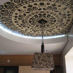 Натяжной потолок на кухне - с фотопечатью | ПВХ | белый | матовый | с точечными светильниками | 18 м2