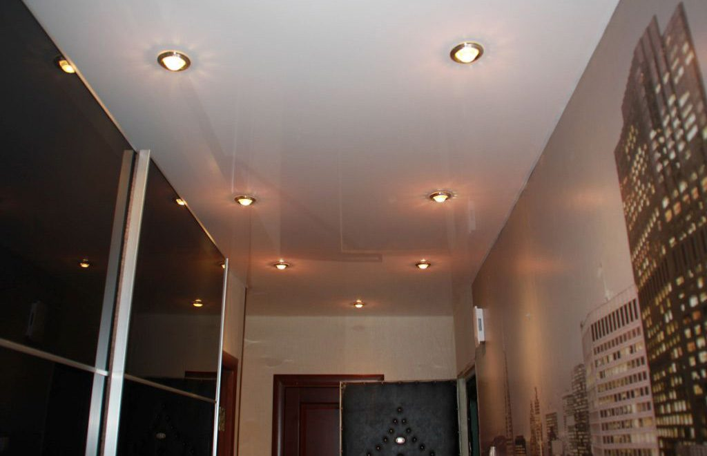 освещение на натяжных потолках в коридоре фото
