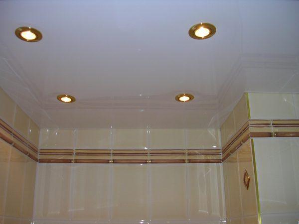 Глянцевый белый натяжной потолок в ванной комнате