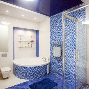 Фиолетовый натяжной потолок в ванной комнате