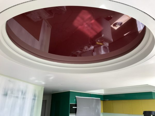 Натяжной потолок вишневого цвета